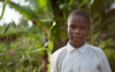 """""""Ik kan nu ook gewoon naar school. Dit maakt mij erg gelukkig."""" – Sanyu (13 jaar), FSP Oeganda"""